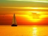 夕阳下的小帆船