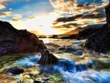 夕阳下欢快的海