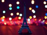 霓虹中的孤独铁塔