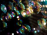 倒映在泡泡里的霓虹