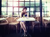 咖啡厅的唯美女孩