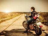 摩托车上酷帅的女孩