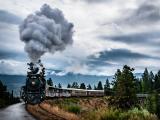 火车轰隆隆的向前开