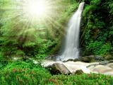 阳光下的宏伟瀑布