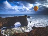 大海上空的热气球