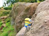 小黄人在攀岩