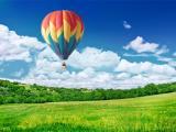 蓝天下的七彩热气球