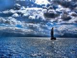 大海里的渺小帆船