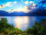 湛蓝的湖泊景色