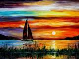 夕阳下湖泊中的帆船