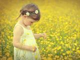 花丛中的可爱女孩