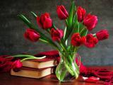 桌子上的郁金香插花
