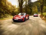行驶中的保时捷911 Carrera 4