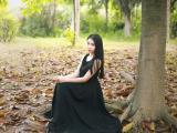 树下的长发美女
