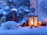 雪花飞舞下的煤油灯