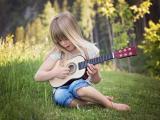 喜欢吉他的小女孩