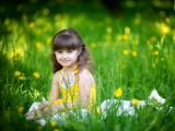 草丛中的可爱小女孩